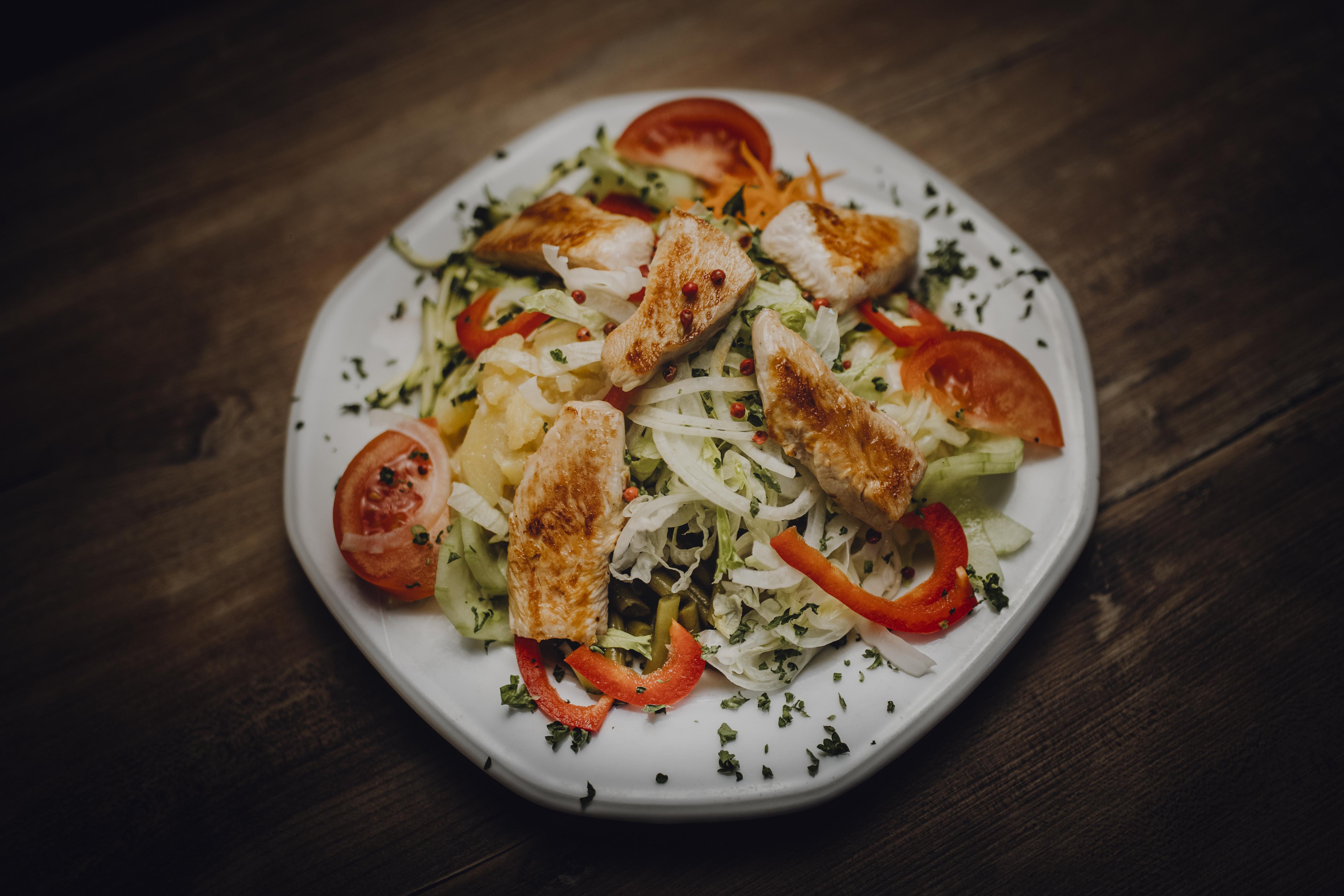 Salatplatte mit gebratenen Putenstreifen