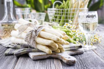 frischer Stangenspargel mit Kalbsteak und neuen Kartoffeln